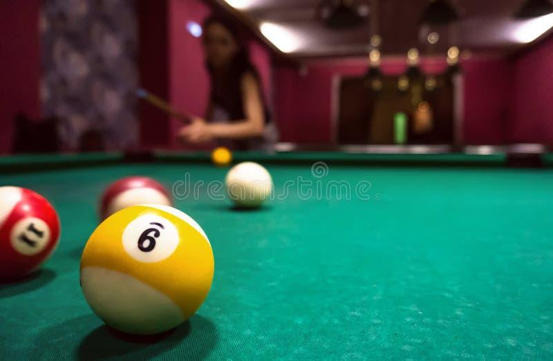 Billiardbollar på en pöltabell arkivfoton