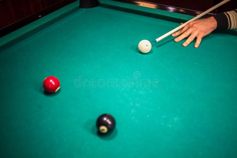 Billiardbollar på pöltabellen arkivbild