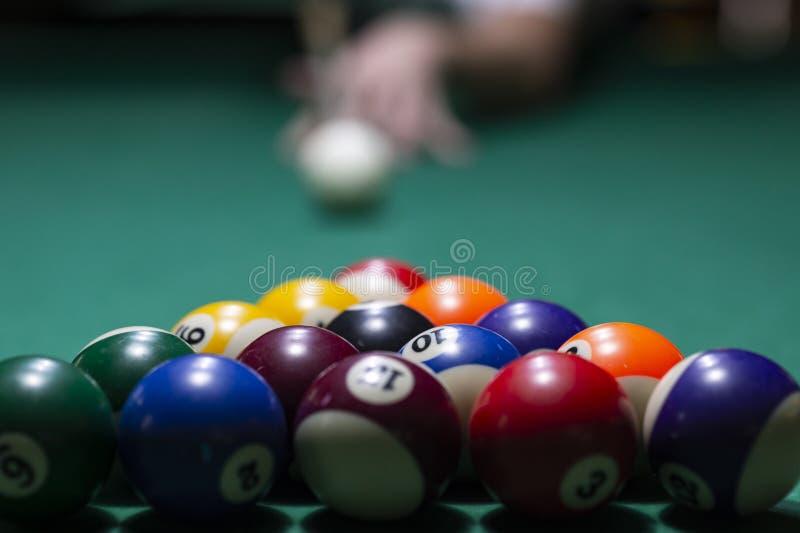 Billiardbollar p? den gr?na tabellen med billiardstickreplik royaltyfri bild