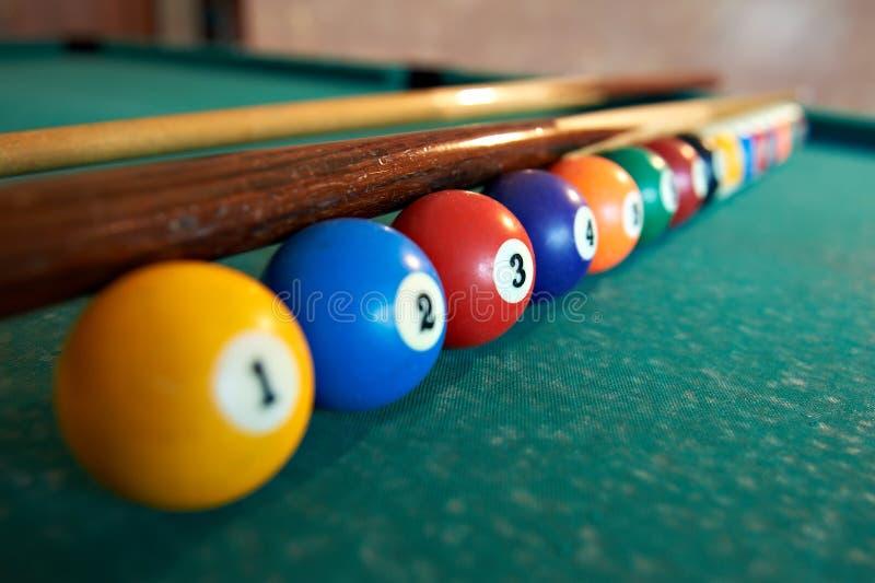 Billiardkugeln auf grüner Tabelle lizenzfreie stockbilder