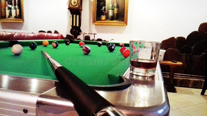 Billiards dla pomyślnego Languid wieczór Uprawiać hazard Drogiego alkohol obrazy royalty free