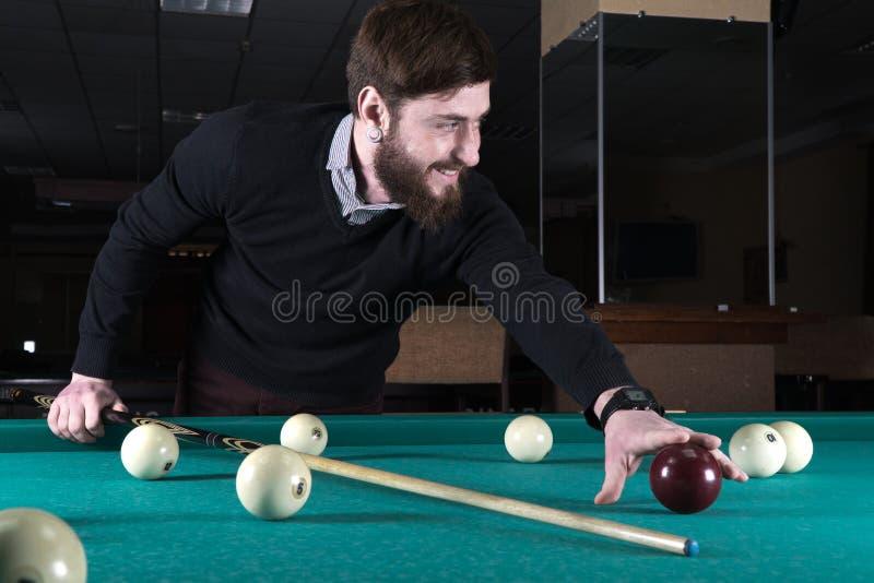 billiards O homem joga bilhar lazer sugestão foto de stock
