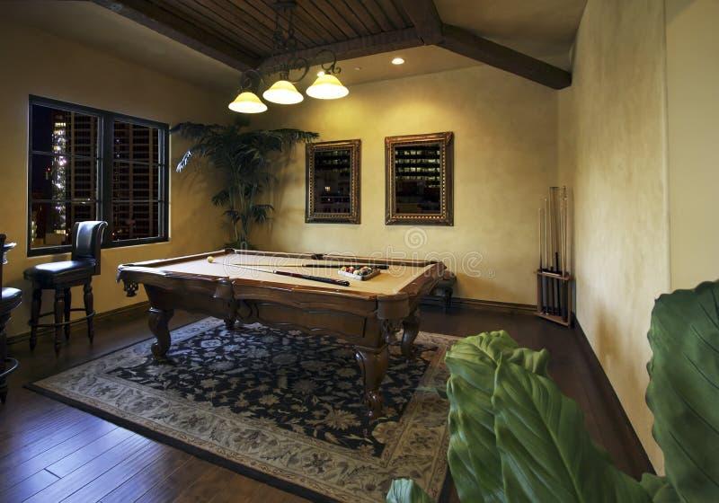 Billiardspielraum nach Dunkelheit lizenzfreie stockbilder
