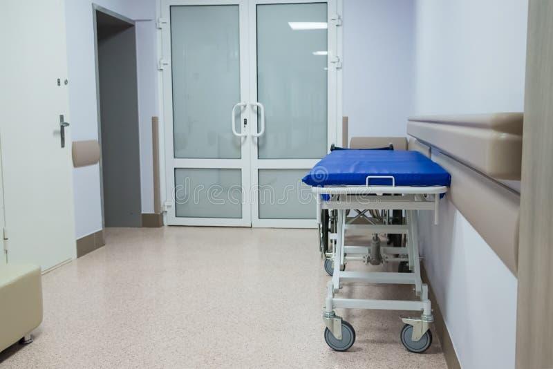 Billig gurney i ett fattigt sjukhus royaltyfria bilder