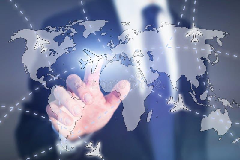 Billiga plana biljetter, väljer loppdestinationsonline-begreppet, flygplan på världskartan fotografering för bildbyråer