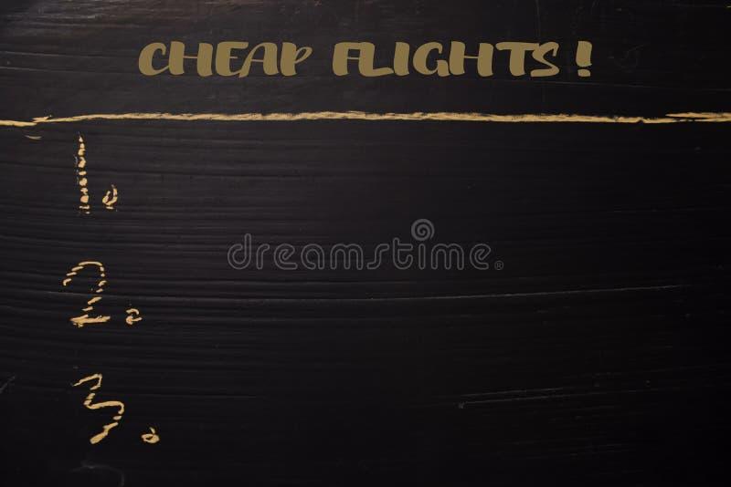 Billiger Flug! geschrieben mit Farbkreide Durch zusätzliche Dienstleistungen gestützt Tafel-Konzept stockfoto