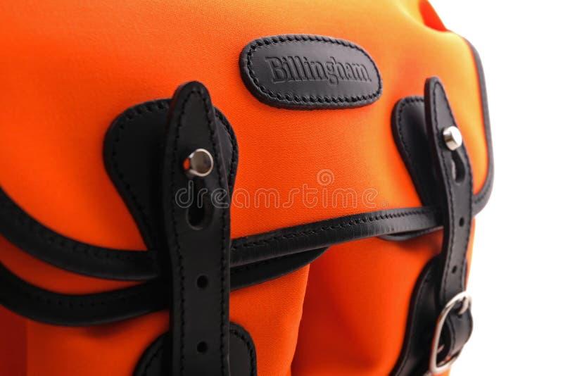Billingham Hadley liten skuldrapåse på neonapelsinen med svart läderklippning royaltyfri foto