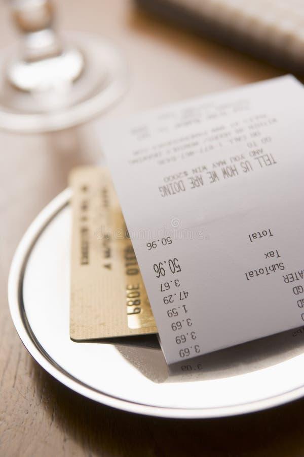 billkortkreditering som betalar restaurangen royaltyfria foton