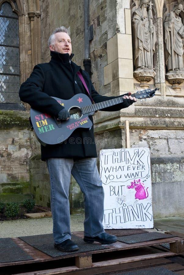 Billy Bragg devant la cathédrale d'Exeter image libre de droits