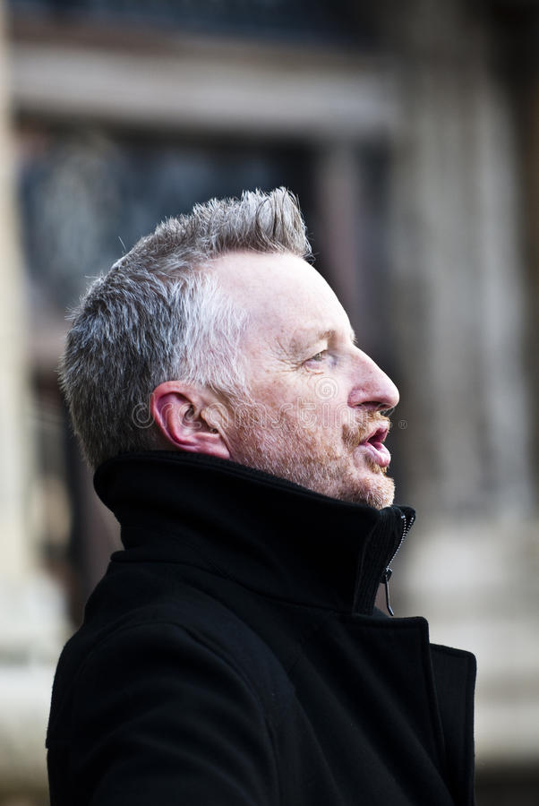 Billy Bragg devant la cathédrale d'Exeter images libres de droits