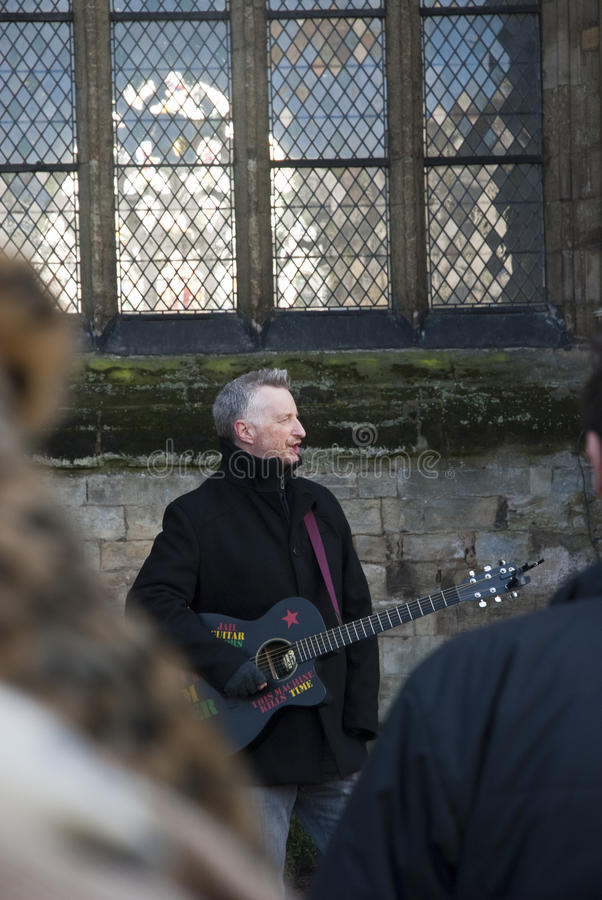Billy Bragg devant la cathédrale d'Exeter image stock
