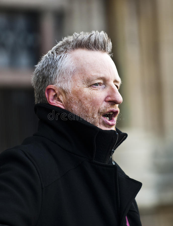 Billy Bragg devant la cathédrale d'Exeter photographie stock libre de droits