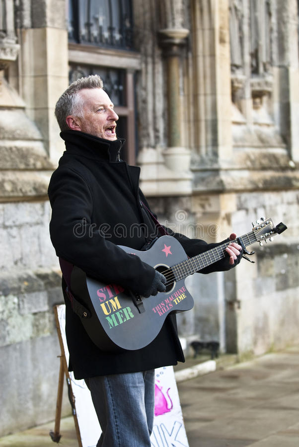 Billy Bragg devant la cathédrale d'Exeter photos libres de droits