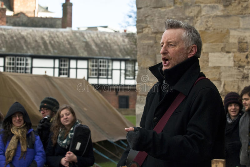 Billy Bragg devant la cathédrale d'Exeter photo libre de droits