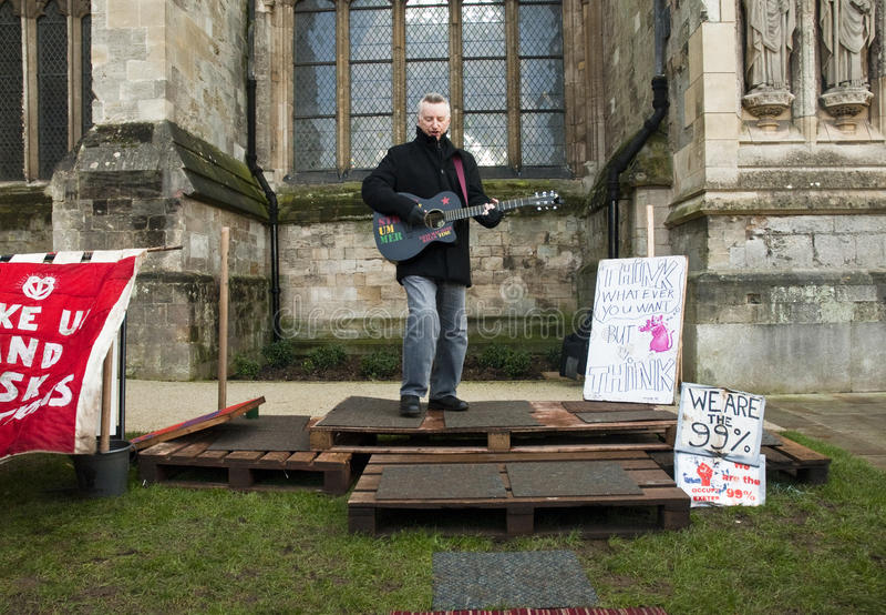Billy Bragg na frente da catedral de Exeter imagens de stock
