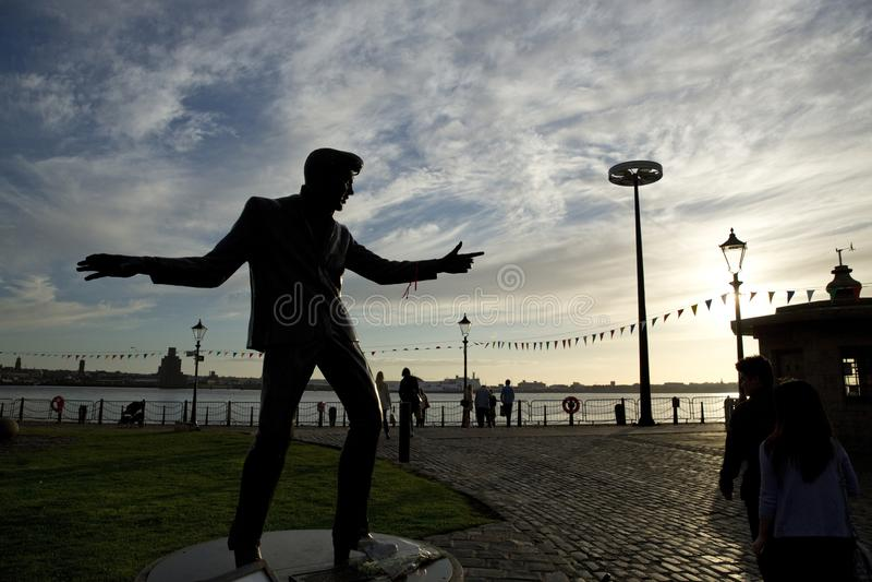 Billy Fury Statue Memorial, Albert Dock, rio Mersey, Liverpool, Reino Unido 11 de junho de 2014 imagem de stock royalty free