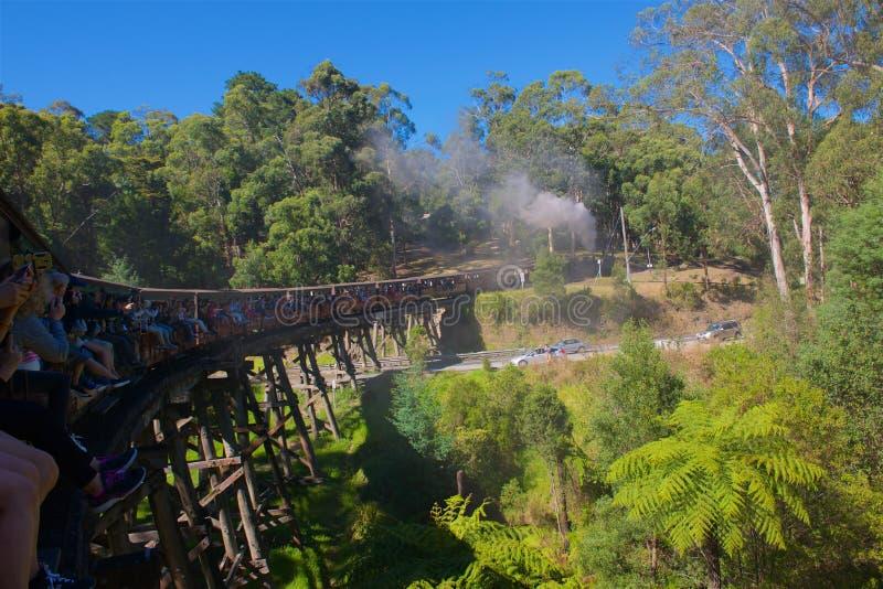 Billy Steam Train de soufflage traversant le pont image libre de droits