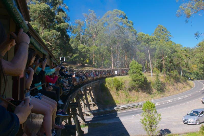 Billy Steam Train de soufflage traversant le pont images libres de droits