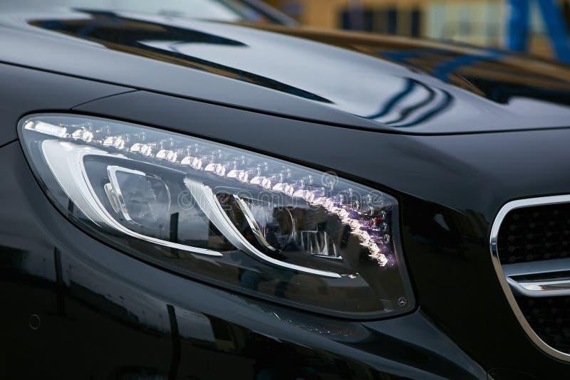 Billykta av en modern lyxig bil, auto detalj, begrepp för bilomsorg arkivfoto