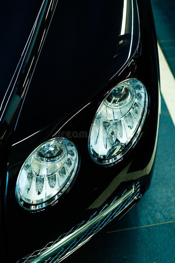 Billykta av ett modernt lyxigt svart bilbegrepp i garaget royaltyfri foto