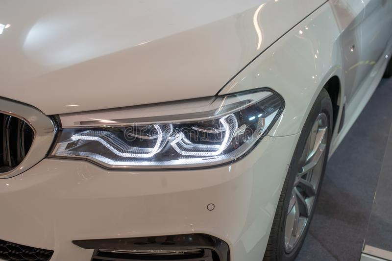 Billyktabilprojektor av den vita caren/LED av en modern lyxig teknologi royaltyfri bild