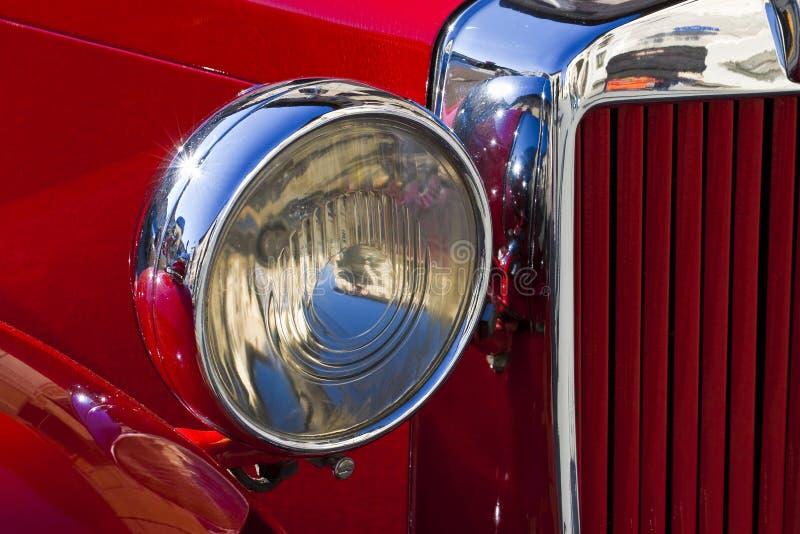 Billyktadetalj av en gammal röd tappningbil fotografering för bildbyråer