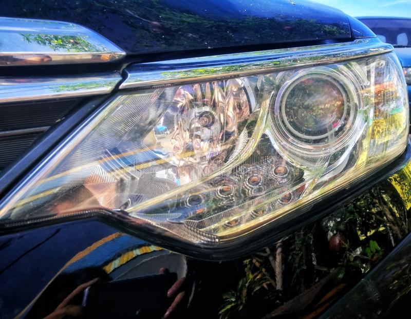 Billyktorna av bilar Automatiska billyktor arkivbild