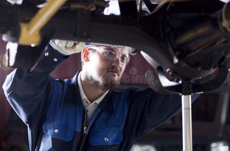 Bilmekaniker på arbete fotografering för bildbyråer