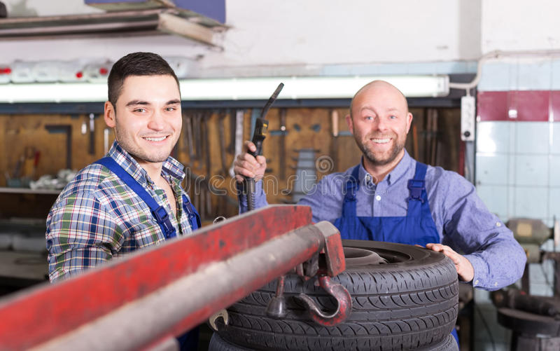 Bilmekaniker som arbetar på carshop royaltyfri fotografi
