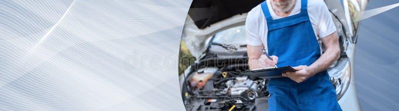 Bilmekaniker som kontrollerar en bilmotor panorama- baner royaltyfri fotografi