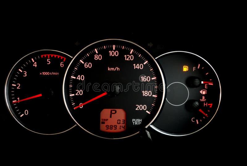 Bilmilkostnadbildskärm med tomt bränslevarningsljus arkivbilder