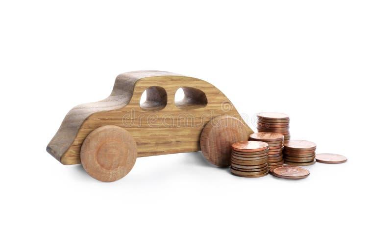 Bilmodell och mynt på vit bakgrund arkivfoto