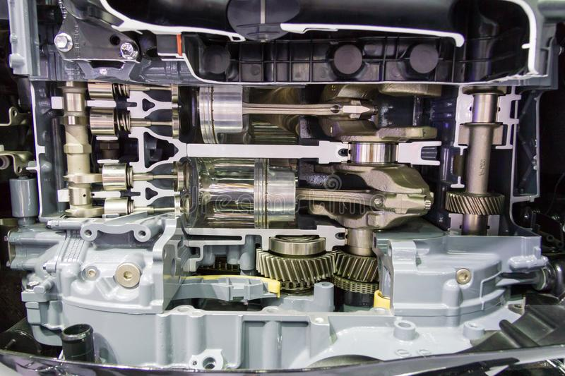 Bilmotorn består av kugghjulet, lager, axeln, pistong royaltyfria foton