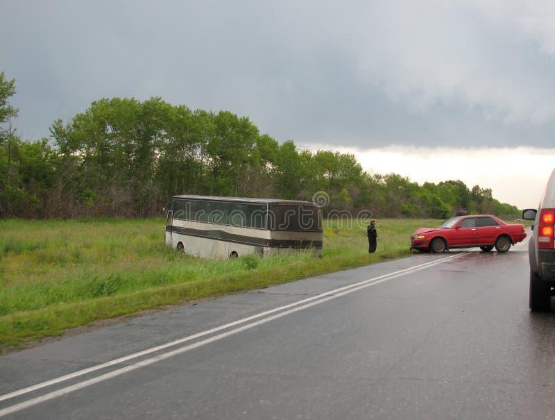 Bilolycka med bussen arkivfoto