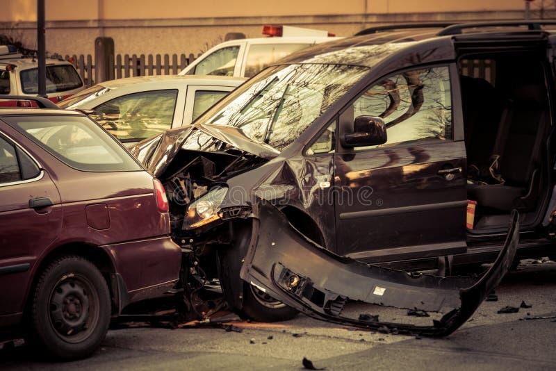 Bilolycka på en korsa gata arkivbild