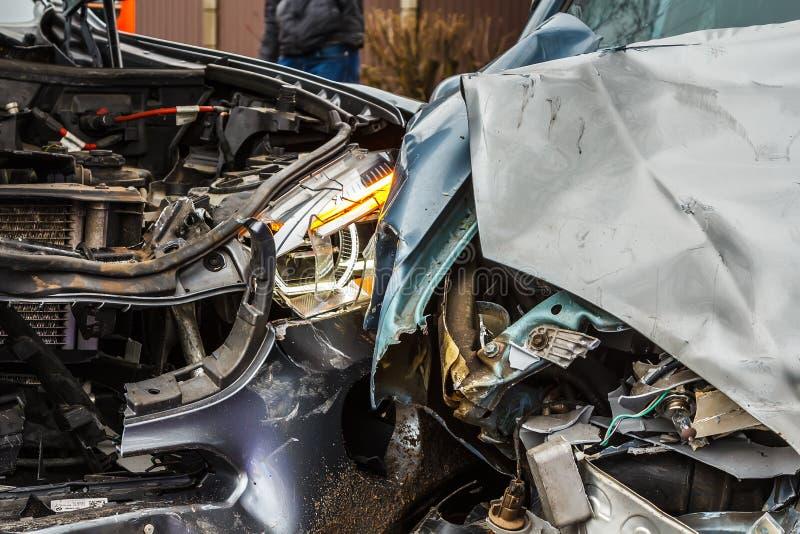 Bilolycka på en väg, delar av bilar efter frontal sammanstötning royaltyfri foto