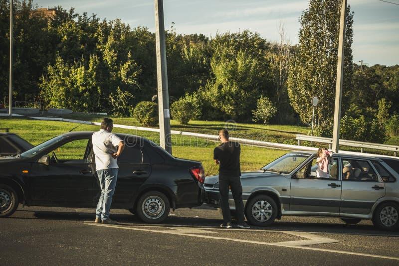 Bilolycka på vägen, två brutna bilar och chaufförer efter bilkrasch royaltyfria foton