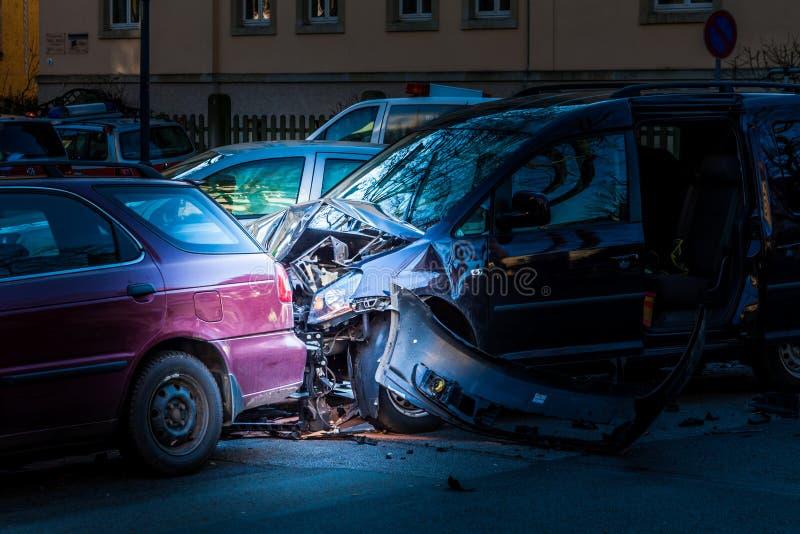 Bilolycka p? en korsa gata arkivbilder