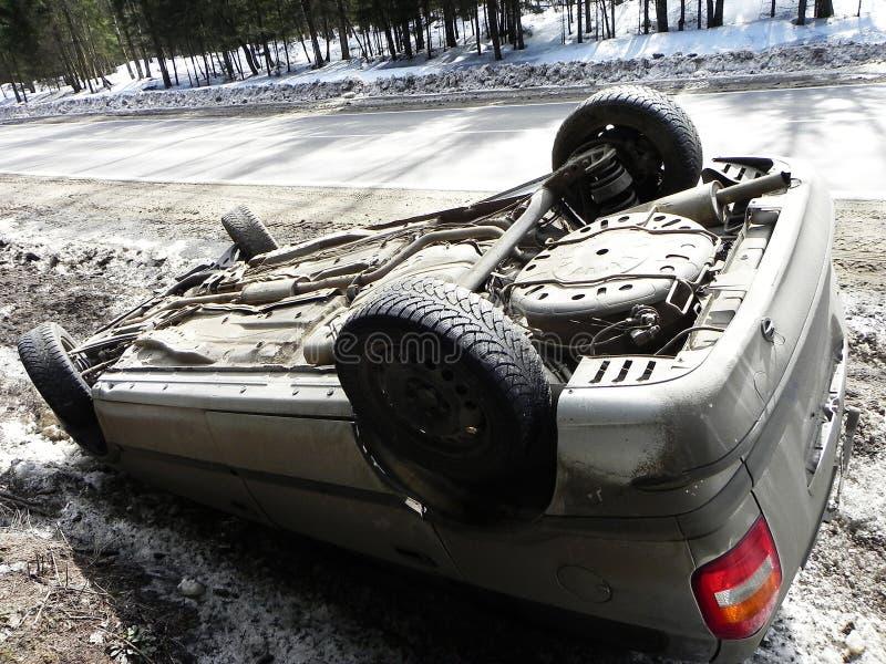 Bilolycka, vulten bil Olyckan hände i vintern på en hal väg royaltyfri bild