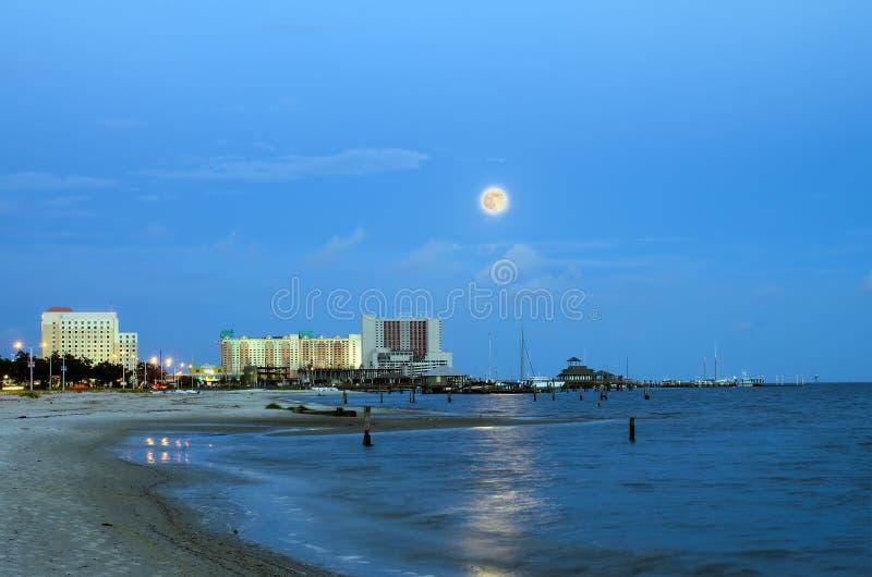 Biloxi、密西西比、赌博娱乐场和大厦在夜图象与上升的月亮 库存照片