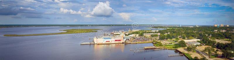 Biloxi Mississippi baksidafjärd med kasino och andra byggnader arkivbild