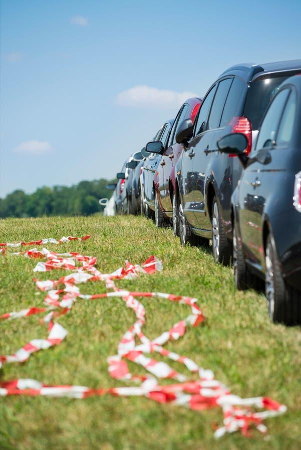Bilparkering i linje royaltyfria foton