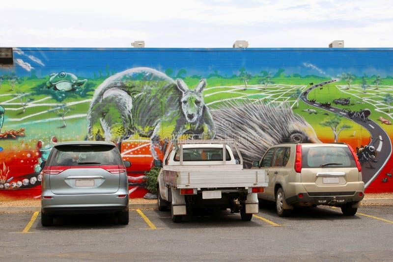 Bilparkering och färgrik stads- gatakonst, Alice Springs, Australien royaltyfria bilder