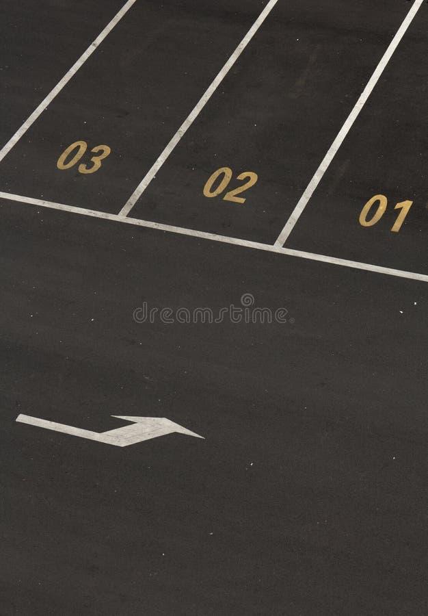 Bilparkeringsplats med nummer royaltyfria bilder