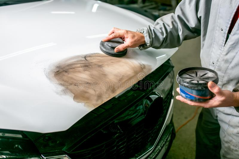 Bilreparation i bilservice Låssmeden rusar bildetaljen, händer stänger sig upp royaltyfri fotografi