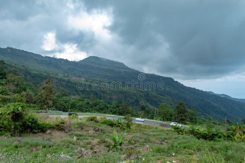 Bilritt ner berget på vägen som är våt från regnet royaltyfri fotografi