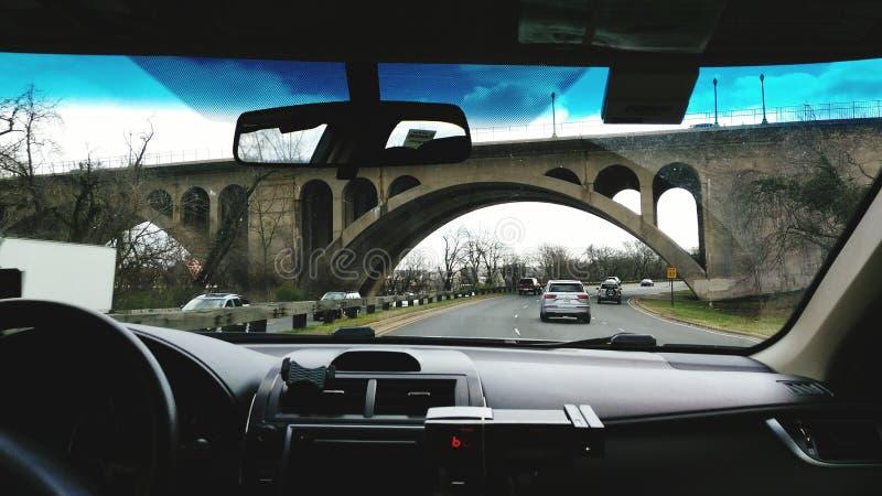 Bilsikt, av bron royaltyfria bilder