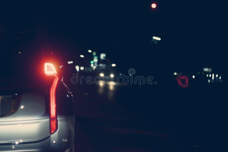 Bilstopp på vägen på natten fotografering för bildbyråer