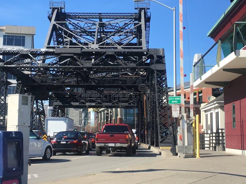 Biltrafik genom att använda den Leftynolla-Doul bron, med det visade broteckennamnet fotografering för bildbyråer