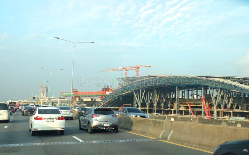 Biltrafik på den Sirat motorvägen framme av den smällSue Grand Station Construction platsen royaltyfria bilder
